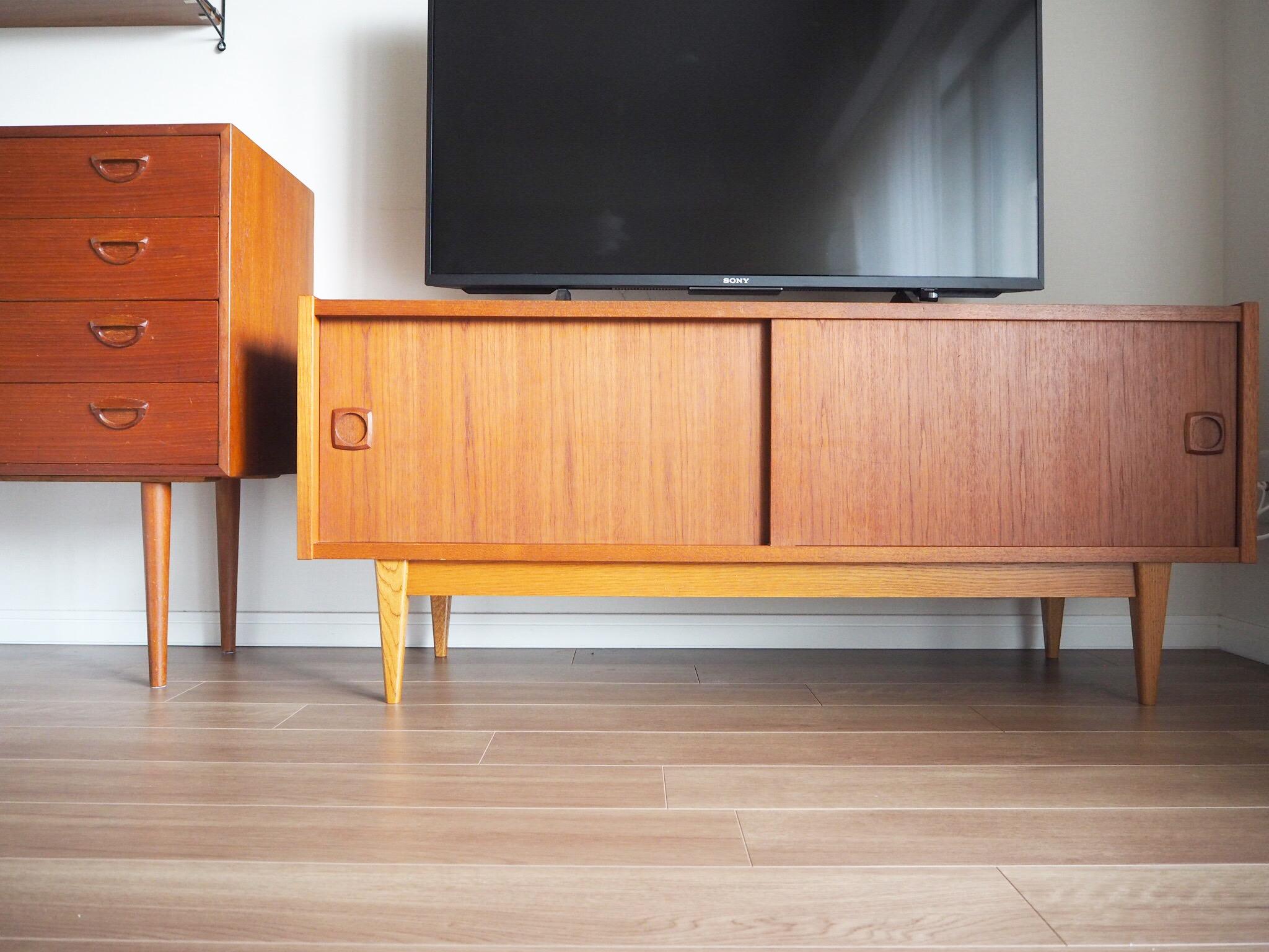 掃除が面倒な配線をすっきり収めるテレビボード