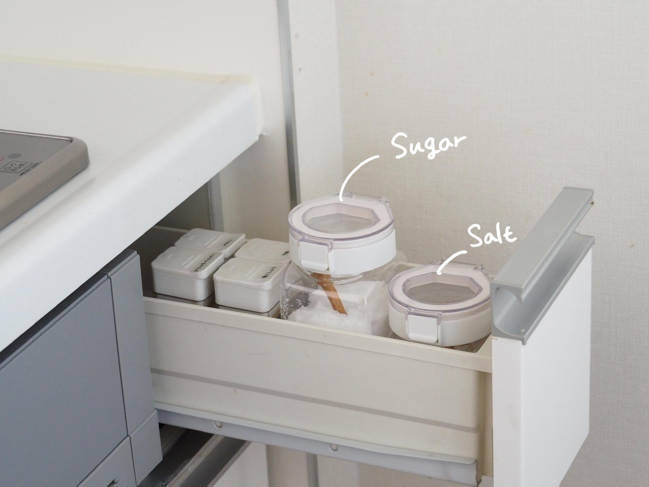 砂糖と塩の収納をワンプッシュ容器にかえました!